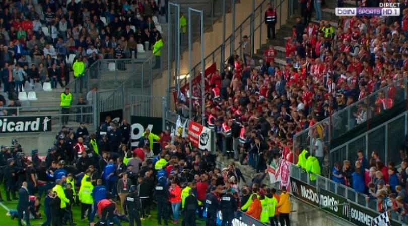 Amiens-Lille, crolla una tribuna: diversi feriti, partita rinviata