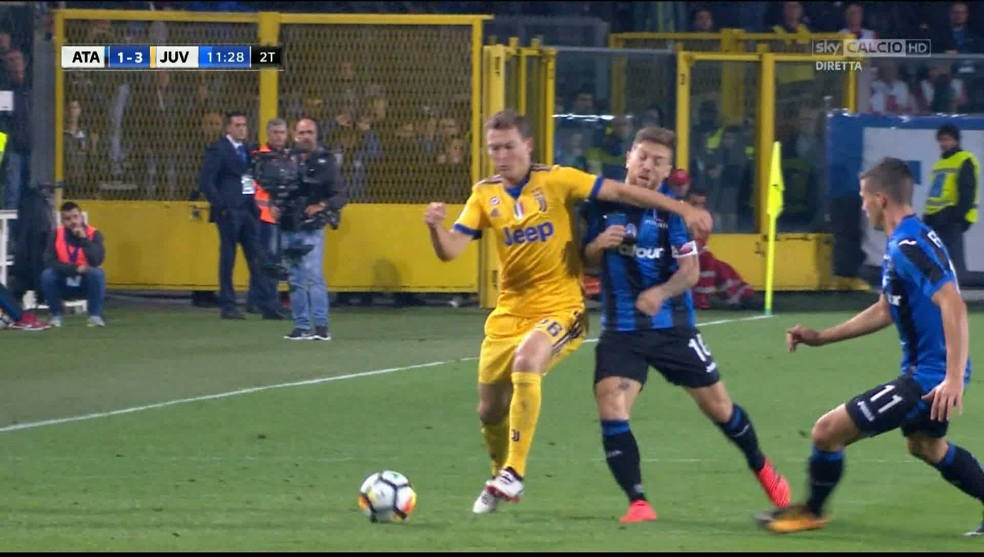 Atalanta-Juventus, gomitata di Lichtsteiner a Gomez: la fotosequenza