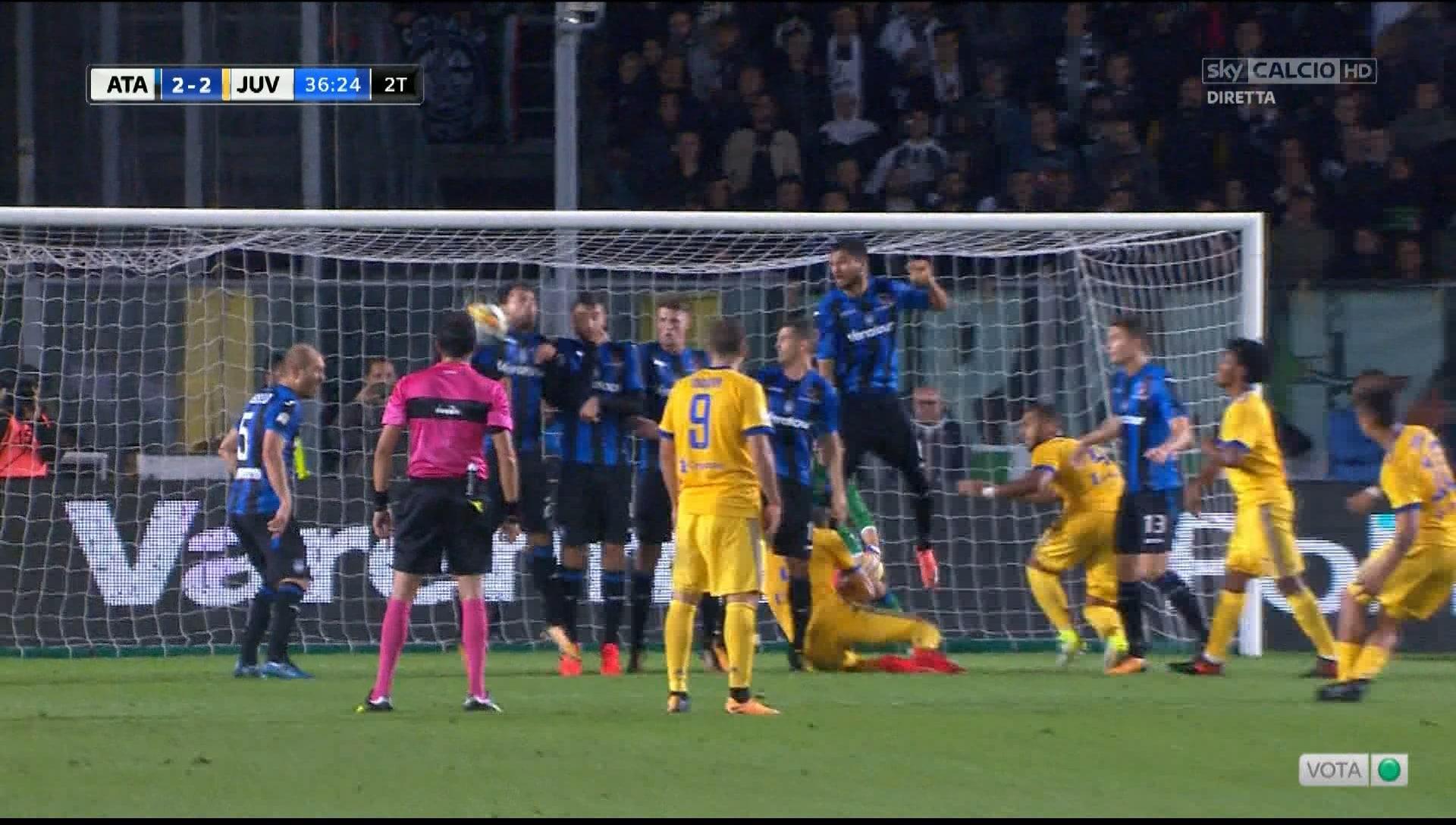 Atalanta-Juventus, Petagna la tocca in area: Damato concede il penalty