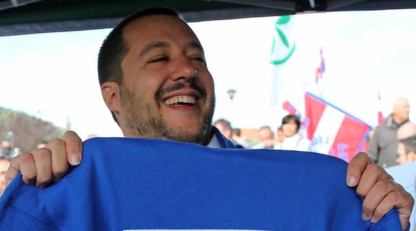 """Napoli, Salvini abbandona il Milan e canta """"Un giorno all'improvviso"""""""