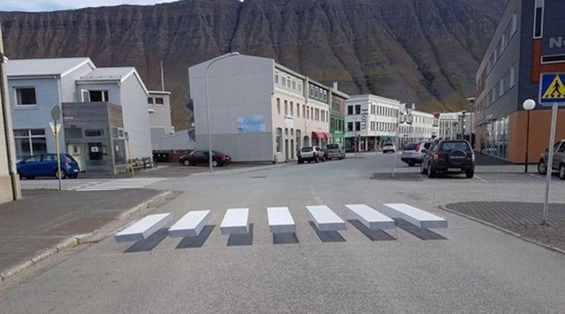 La soluzione per rallentare le auto? Le strisce pedonali in 3D