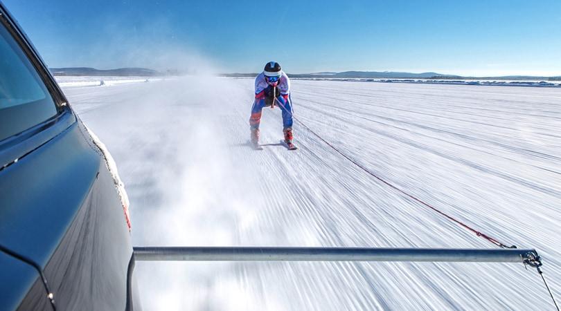 Sugli sci a 189 km/h trainato da una Jaguar: è record