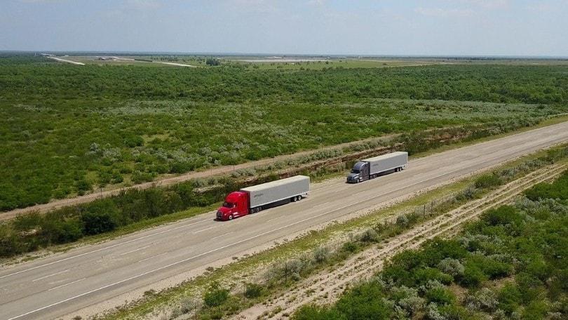 Daimler sperimenta i convogli di TIR autonomi negli USA