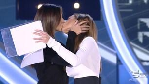 Bacio saffico fra Ilary Blasi e Belen Rodriguez al GF Vip