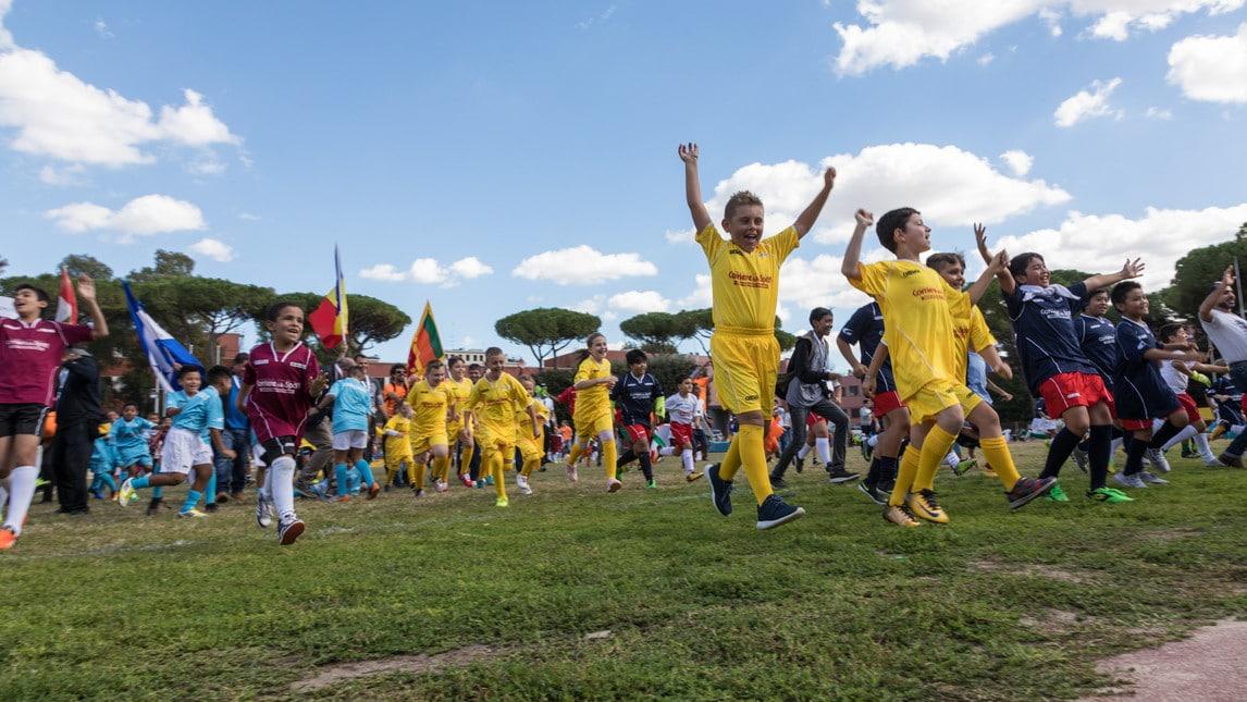 Decima edizione della manifestazione Mille Colori. Bambini provenienti da 24 nazioni, hanno dato vito a una serie infinita di partite di calcio e non solo. La regola principale: agonismo senza violenza. I bambini giocano assieme, senza divisioni, ognuno con la propria cultura.&nbsp;<br />