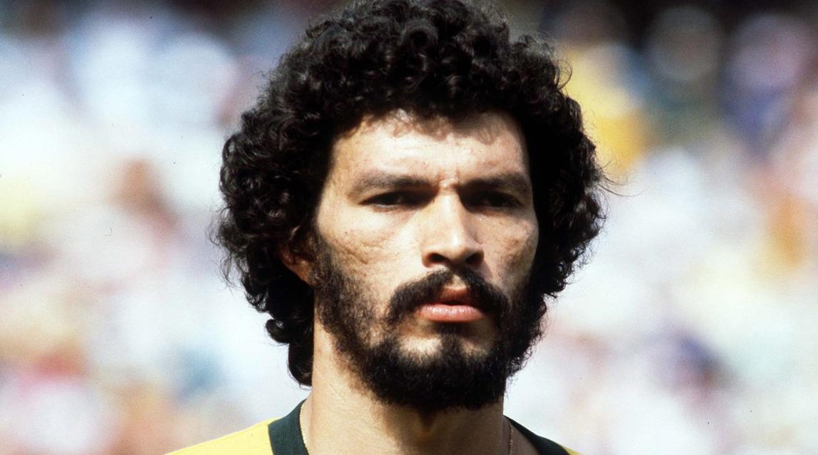 Socrates, una leggenda che ha lasciato il segno nella storia del calcio con i suoi colpi di tacco e con il suo impegno politico: leader della Democracia Corinthiana, l'autogestione del Corinthians in anni di battaglie democratiche del Brasile, e impegnato attivamente nel partito comunista