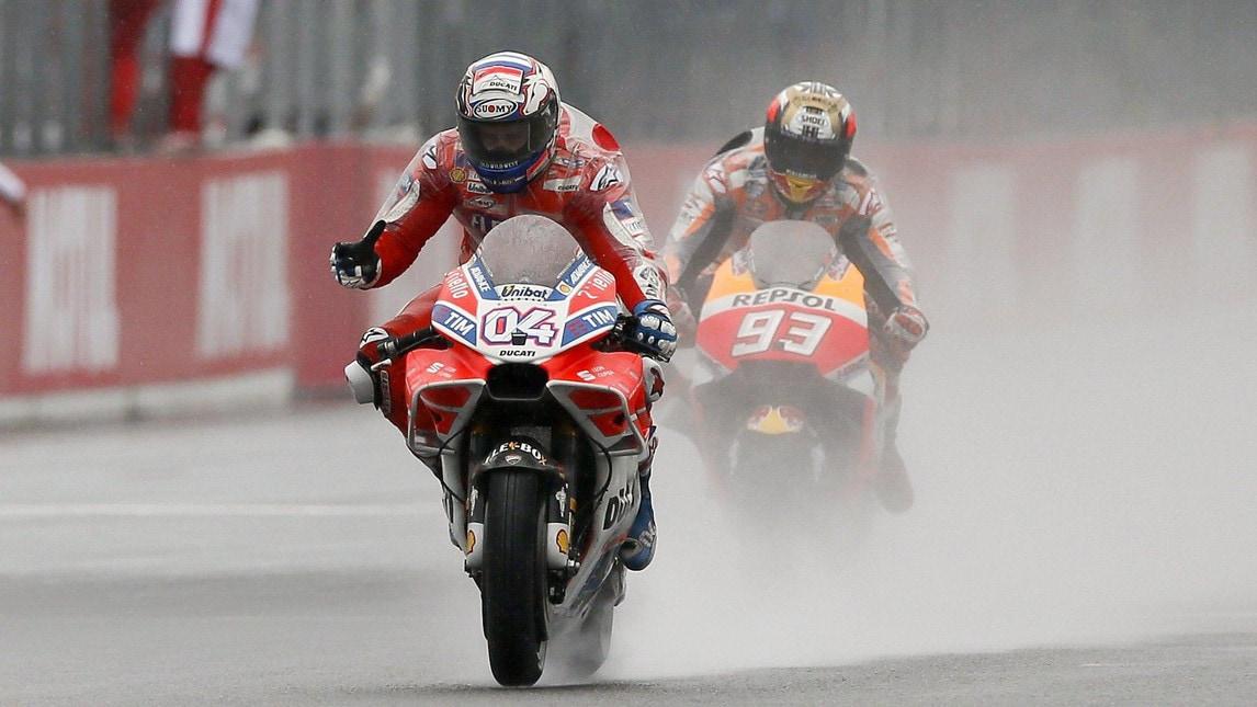 Il pilota della Ducati celebra il suo successo a Motegi: fantastico il sorpasso finale su Marquez che accorcia la distanza dal leader del Mondiale a 11 punti