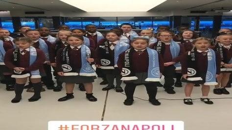 Manchester City-Napoli, il coro dei bambini canta Nino D'Angelo