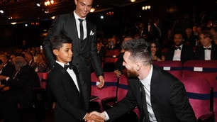 Il figlio di Cristiano Ronaldo stringe la mano al 'nemico' Messi