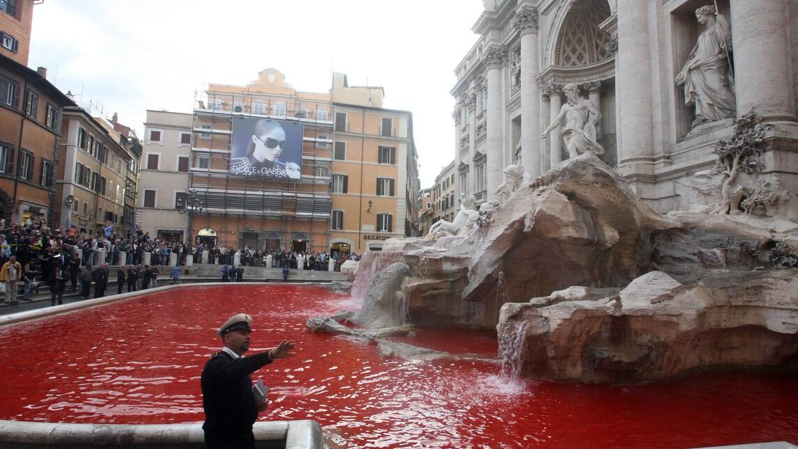 Graziano Cecchini, l'autore dell'atto vandalico, è stato denunciato per interruzione di pubblico servizio e per imbrattamento. Per l'artista anche una multa da 500 euro per non aver rispettato l'ordinanza della sindaca Virginia Raggi a tutela dei monumenti della Capitale