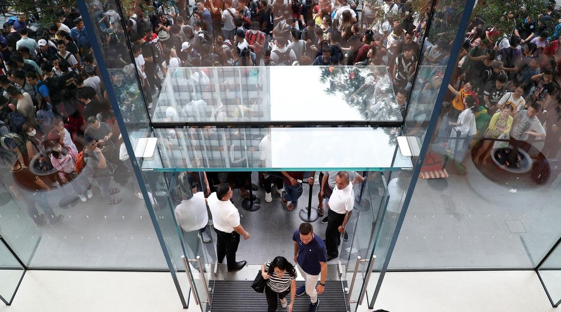 Appassionati in fila dalle prime ore della giornata per assicurarsi l'ultimo modello dell'azienda di Cupertino