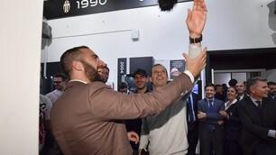 Higuain e Allegri scherzano alla mostra per i 120 anni della Juventus