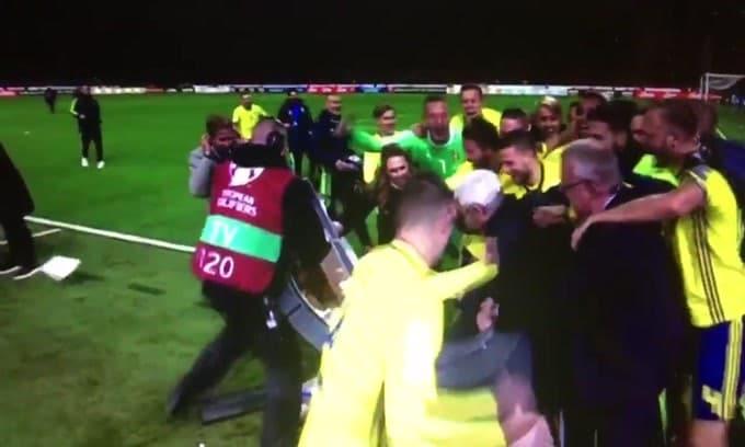 Italia-Svezia, la postazione tv distrutta dai giocatori in festa