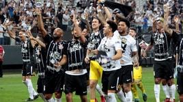 Corinthians sul tetto del Brasile: la squadra brinda in campo