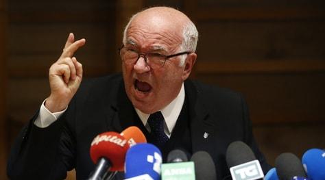 Tavecchio urla in francese nella conferenza stampa d'addio