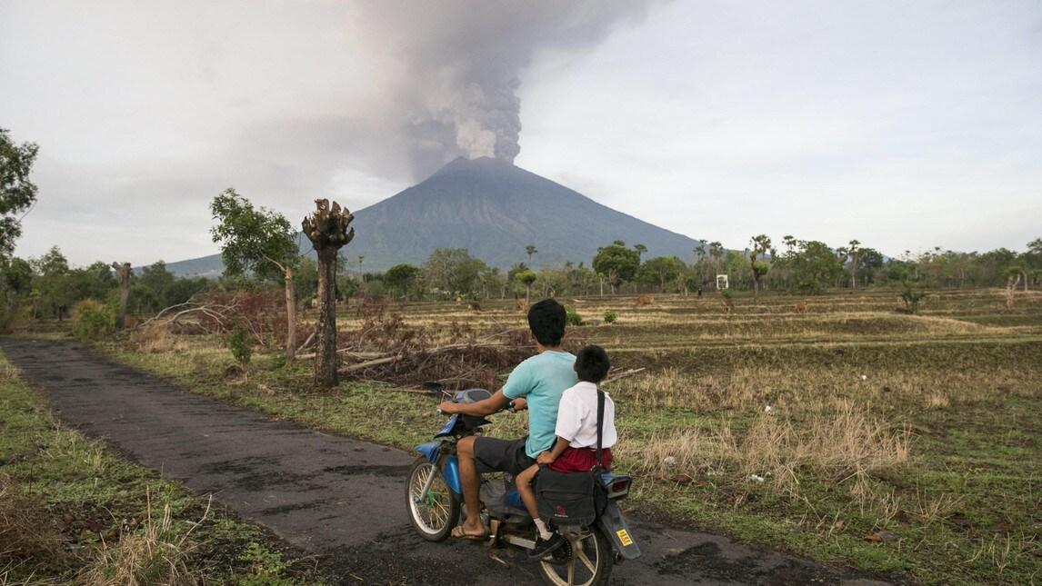 Il livello di allerta è stato innalzato dalle autorità indonesiane al più alto grado: aeroporti chiusi e persone sfollate per un raggio di dieci chilometri