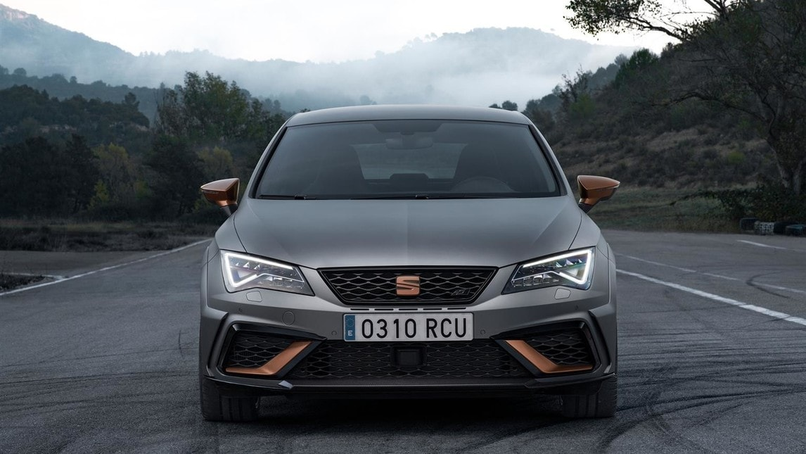 Solo 799 esemplari per la Seat più potente di sempre, con motore 4 cilindri da 310 CV abbinabile al cambio manuale a sei marce o 300 CV all'automatico DSG a sei marce.