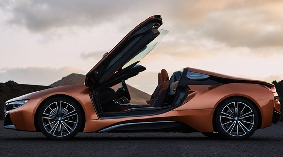 Bmw i8 Roadster, la sportiva ibrida si scopre