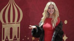 Victoria Lopyreva, la madrina dei Mondiali sexy in rosso