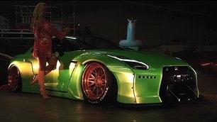 Nissan GT-R conquista l'attrice sexy