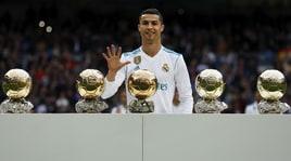 Real Madrid, Ronaldo mostra al Bernabeu i suoi 5 Palloni d'Oro