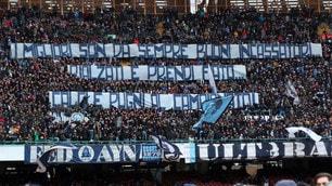 Lo striscione della Curva B per il Napoli: «Rialzati e prendi fiato»