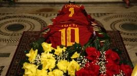 AddioLando Fiorini,sul feretro anche la maglia diFrancesco Totti