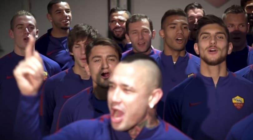 Gli auguri della Roma: i giocatori intonano il coro della Curva Sud