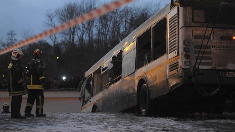 Autobus nel sottopasso della metro: 5 morti a Mosca