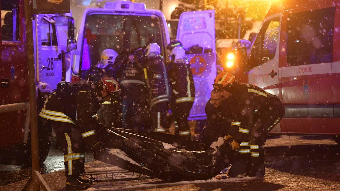 La vettura, probabilmente per un guasto tecnico, è salita sul marciapiede finendo la sua corsa sulle scale di un sottopasso della metro: vittime fra i pedoni e i passeggeri