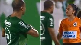 """Brasile, Denilson """"dedica"""" un cuore alla guardalinee: l'arbitro si arrabbia"""