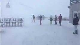 Austria, tempesta di vento: l'oscillazione della seggiovia fa paura
