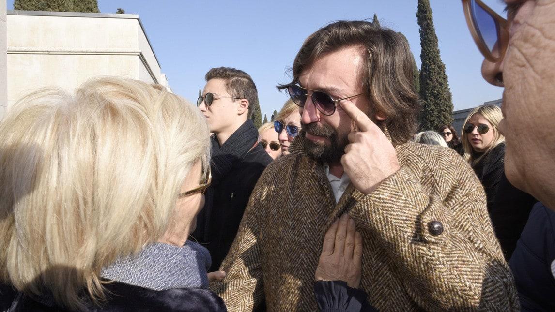 """Le lacrime del """"Maestro"""" nel dare l'ultimo saluto al fondatore della società di calcio Voluntas, per 37 anni serbatoio del settore giovanile del Brescia calcio, che per primo lo lanciò"""
