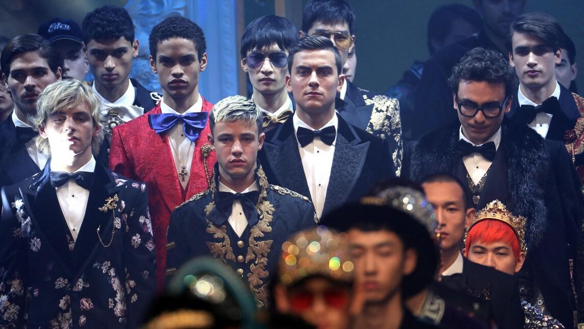 Sorpresa alla Fashion Week milanese: nel defilé di D&G il modello d'eccezione è l'argentino della Juventus in tuxedo nero di velluto e pantofola abbinata