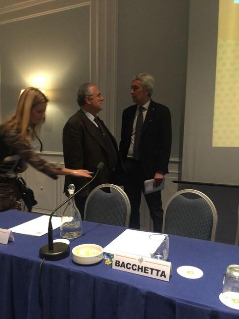 Il presidente della Lazio e il presidente della LND parlano a lungo all'Holiday Inn Parco dei Medici all'assemblea della Lega Nazionale Dilettanti (foto dell'inviato Biagio Angrisani)