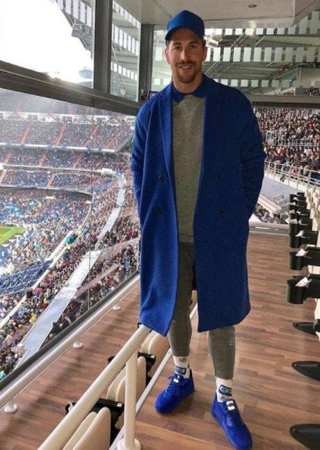 Crisi nera per la squadra di Zidane che perde anche contro il Villarreal ma sui social le ironie sono soprattutto per il look con cui si è presentato in tribuna il capitano dei Blancos
