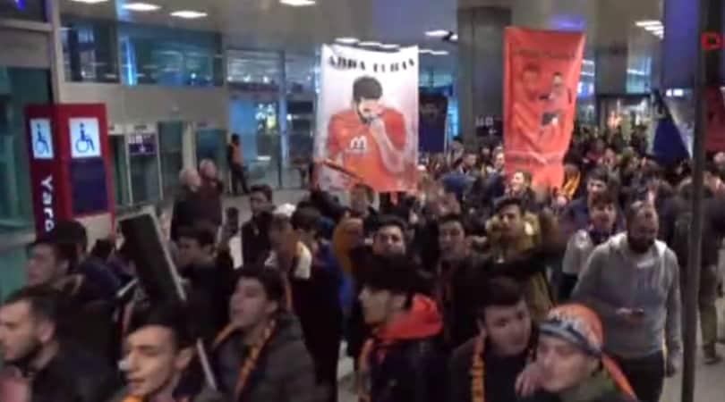 Istanbul, rissa tra tifosi e polizia per l'arrivo di Arda Turan