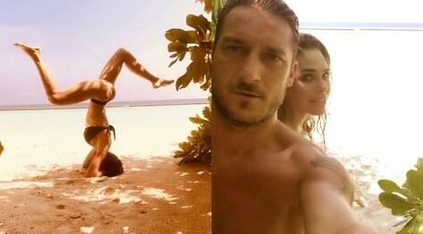 Ilary Blasi, verticale in bikini alle Maldive