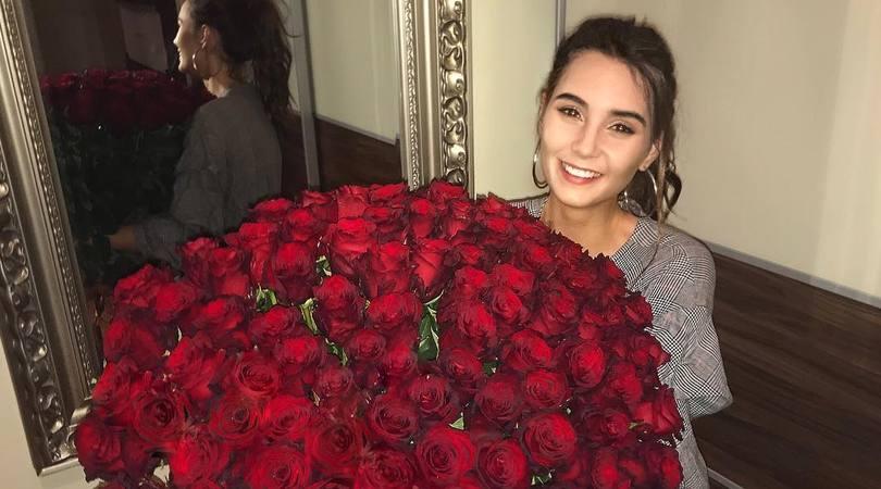 Rose rosse per la Schickova: chi sarà l'ammiratore segreto?