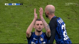 Inter, Brozovic applaude ironico i fischi di San Siro
