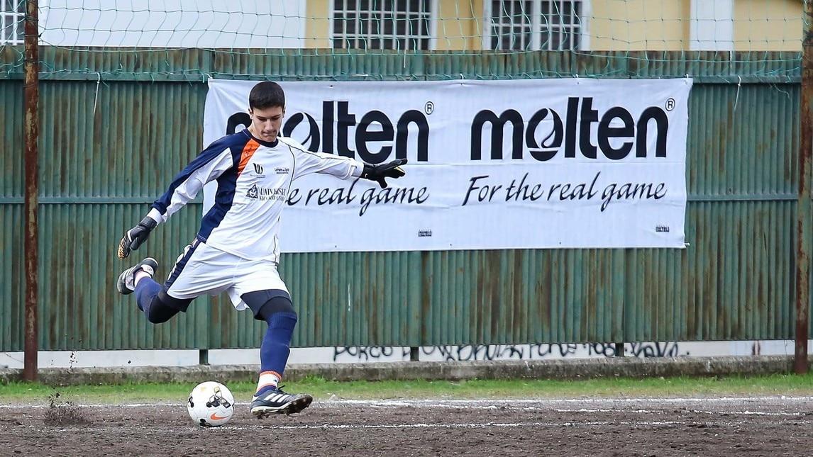 Il gol di Graetarsoon a un minuto dal termine decide la sfida in favore degli studenti di Benedetti. Guarda tutte le foto più belle della partita