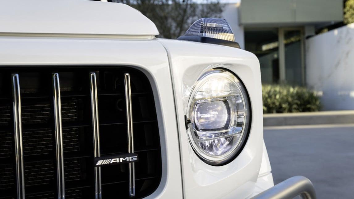 La nuova generazione di Classe G viene declinata anche nell'immancabile versione AMG, equipaggiata col motore V8 biturbo da 585 cavalli abbinato al cambio automatico 9 marce. Per uno scatto 0-100 km/h in soli 4,5 secondi.