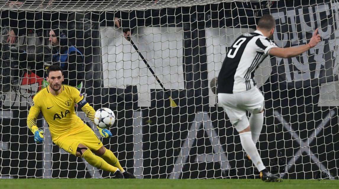 L'attaccante della Juventus trasforma il calcio di rigore contro il Tottenham ed esulta sotto la Curva Sud