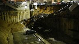Roma, alla Balduina crolla una strada e le auto precipitano