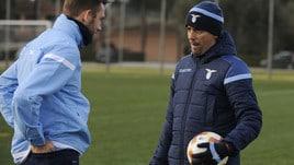 Lazio, colloquio tra Inzaghi e De Vrij durante l'allenamento
