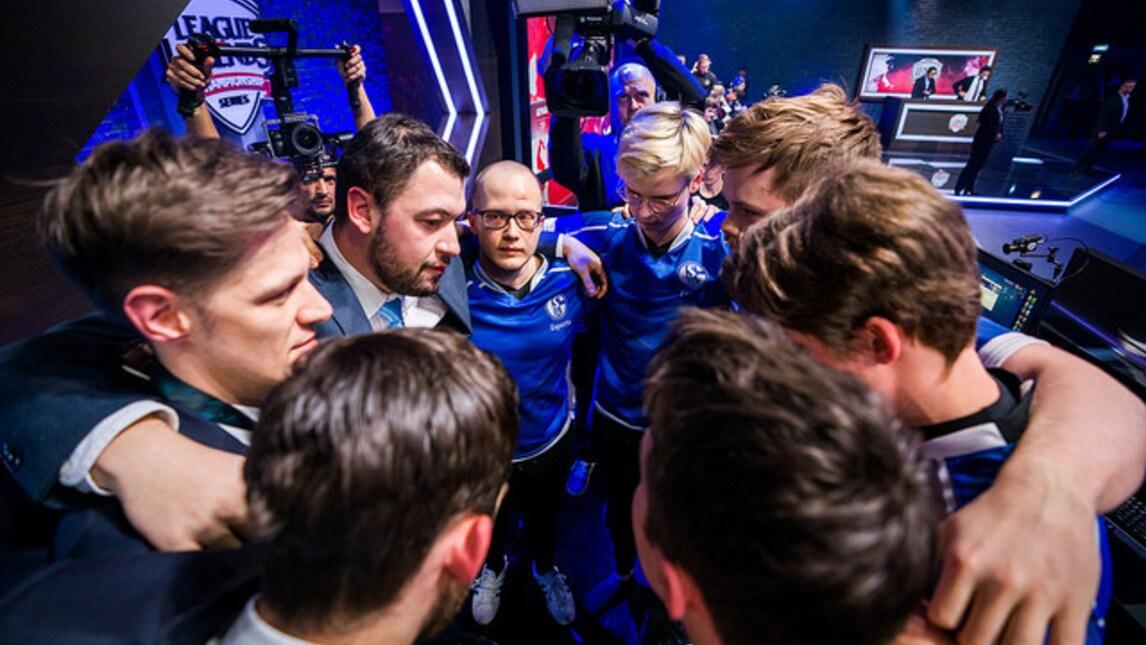 Gli Schalke04 tornano a vincere, a sorpresa contro i Misfits. Ancora in cerca del tanto desiderato 2-0, finalmente i miglioramenti iniziano a vedersi ed Upset dimostra che i fan possono credere in lui.