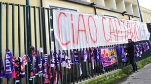 I tifosi della Fiorentina piangono Astori