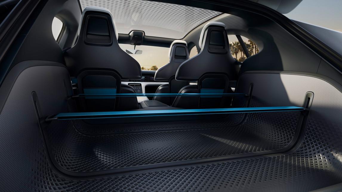 Porsche ha presentato al Salone di Ginevra 2018 una versione offroad della concept car elettrica che debutterà nel 2019. La Cross Turismo, oltre a presentare tipici elementi estetici da crossover, è equipaggiata con due motori elettrici in grado di erogare una potenza complessiva di 600 cavalli.