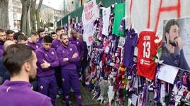 Fiorentina,la squadra omaggia Astori al Franchi. Grande commozione