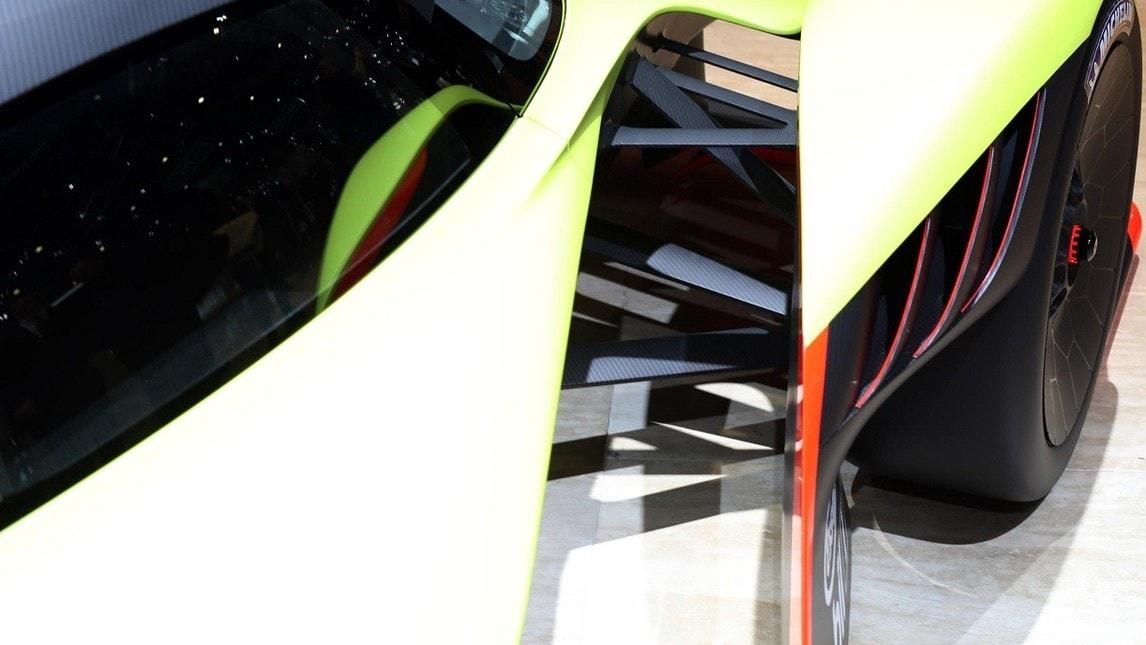 Prima uscita in pubblico al Salone di Ginevra per la declinazione corsaiola della Valkyrie. Verrà realizzata in 25 esemplari, prime consegne dal 2020, ovviamente l'intero lotto è già stato venduto. Se la Aston Martin disegnata da Newey pensavate fosse il punto più alto raggiungibile, la variante AMR Pro riscrive ogni riferimento: più di 1.000 kg di carico aerodinamico, in curva sviluppa più di 3G di forza laterale